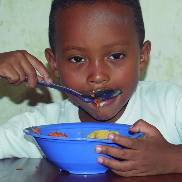 niño nutriendo futuro